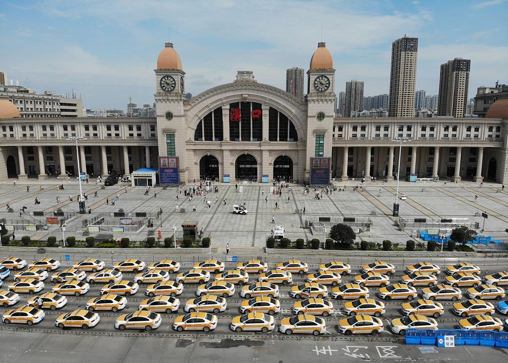 Taxi chờ đón khách trước ga tàu tại Vũ Hán ngày 8/8/2020. Ảnh: CFP