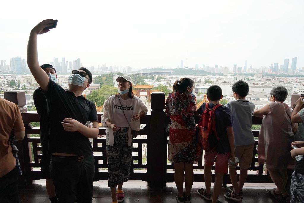 Khách tham quan Hoàng Hạc lâu tại Vũ Hán, thủ phủ tỉnh Hồ Bắc, Trung Quốc ngày 8/8/2020. Ảnh: CFP