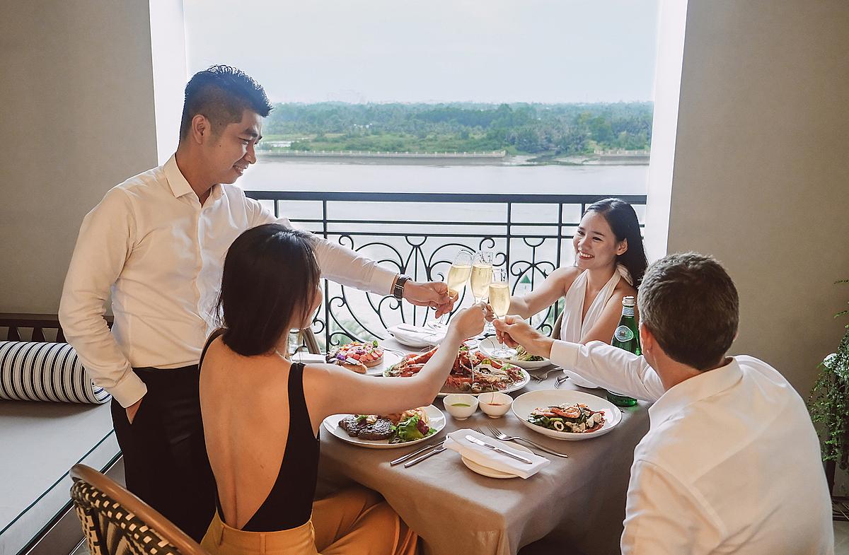 Từ 4/8, khách sạn Mia Saigon (quận 2) lần đầu cung cấp dịch vụ ăn tối tại ban công trong các phòng nghỉ giá từ vài triệu đồng, khách được miễn phí sử dụng phòng trong thời gian dùng bữa. Ảnh: Mia Saigon