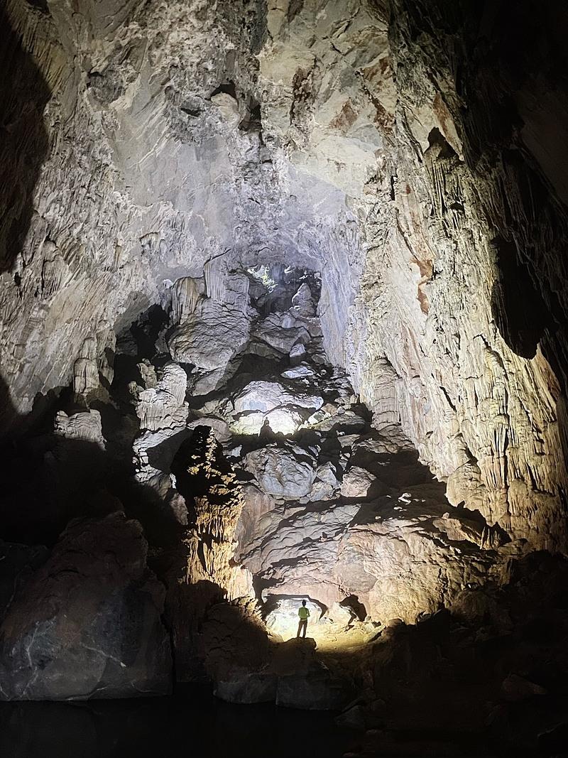 Sau khi xuống hang thì nỗi sợ tiếp theo chính là bóng tối, không một chút ánh sáng nào bên trong hang ngoài những ánh đèn từ đầu mỗi thành viên trong đoàn. Trải qua khoảng 3 - 4 tiếng đi bộ dòng dã trong hang, cả doàn lại vượt qua những con suối chảy siết trên những chiếc cầu được đeo dây bảo hiểm. Mọi cử động và di chuyển đều được các chuyên gia hang động để ý, để không gây ra một chút sơ sót nào.
