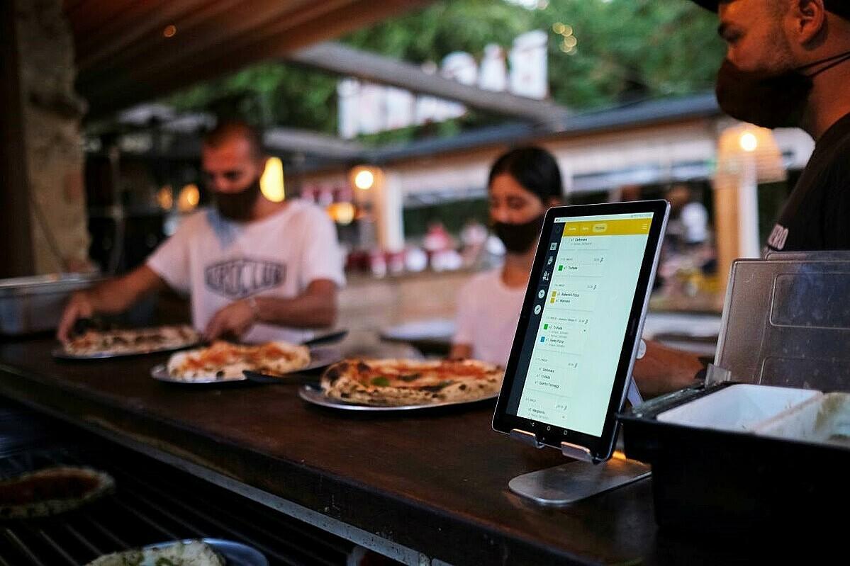 Thông qua hệ thống này chúng tôi có thể giữ khoảng cách với khách. Và đó cũng là điều mọi người đang hướng tới trong bối cảnh đại dịch vẫn diễn ra phức tạp, chủ nhà hàng Carlos Manich chia sẻ.