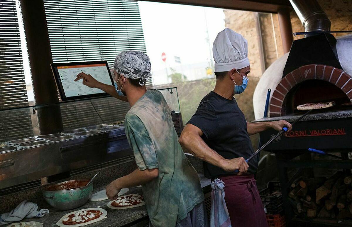 Nhà hàng đã áp dụng các biện pháp phòng chống dịch bệnh bằng cách yêu cầu nhân viên đeo khẩu trang. Nhân viên phục vụ ở Funky Pizza hiện chỉ cần đem đồ tới bàn và nhắc khách cũng thực hiện đeo khẩu trang mọi lúc chỉ trừ khi đang thưởng thức đồ ăn.