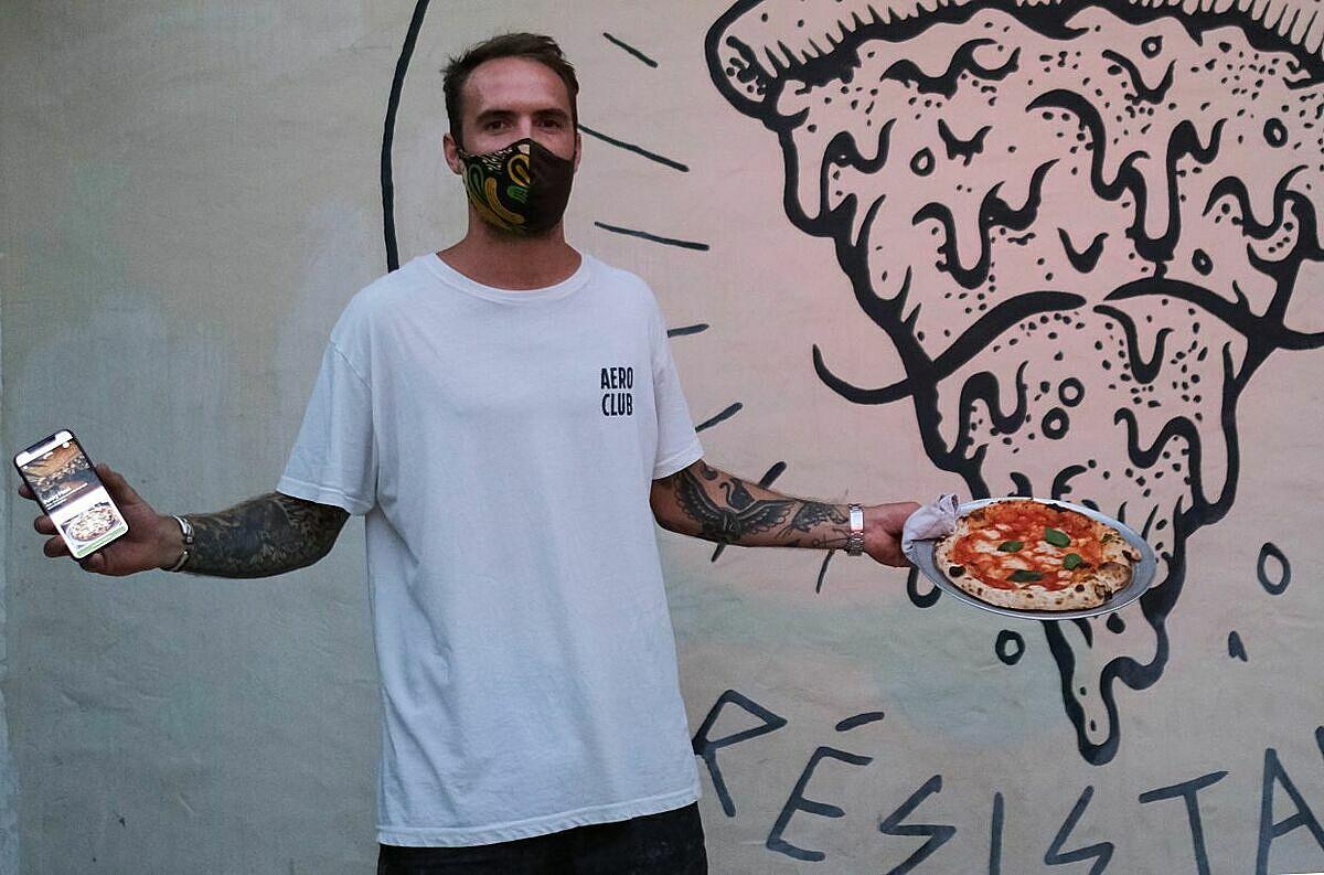 Chủ quán Carlos Manich, một tay cầm pizza, một tay cầm điện thoại cài app gọi món. Có ý kiến nhận xét ứng dụng này hữu ích, cho phép khách tra cứu đồ ăn của mình từ khâu lên đơn, bếp đang chế biến cho tới khâu làm xong và đem tới bàn ăn. Tuy nhiên cũng không ít khách không ủng hộ biện pháp này vì nó làm họ mất cảm giác gọi món trực tiếp, không thể hỏi thêm bồi bàn về số lượng và sự khác biệt của món.  Funky Pizza nằm ở Palafrugell