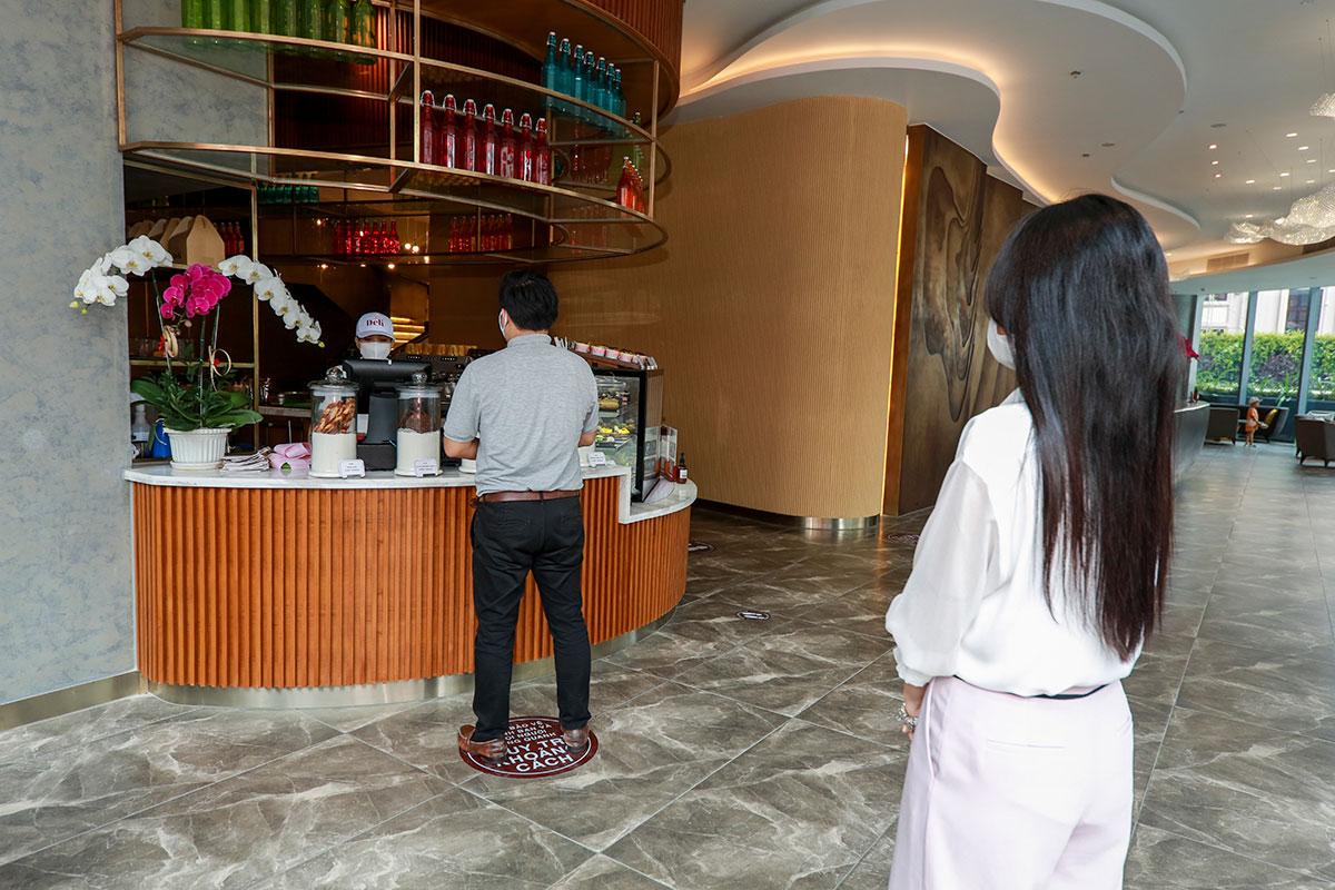 Du khách tuân thủ quy định giãn cách khi sử dụng dịch vụ. Ảnh: Eastin Grand Hotel Nha Trang.