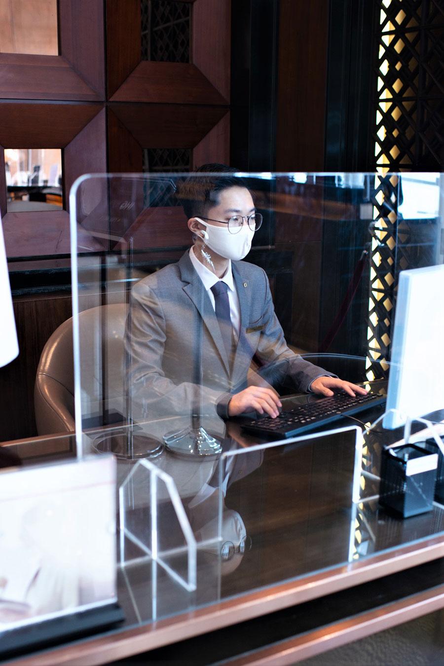 Khu vực lễ tân tại khách sạn có màn hình chắn để tránh tiếp xúc trực tiếp trong các giao dịch. Ảnh: InterContinental Hanoi Landmark72.