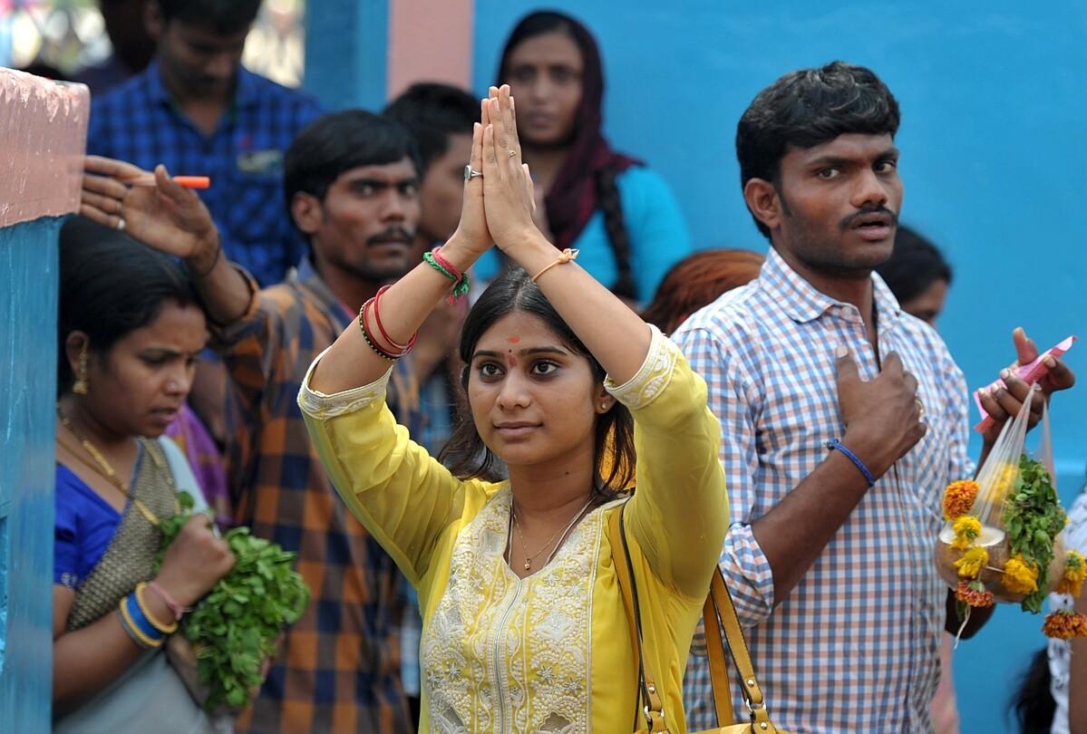 Một tín đồ đang cầu nguyện với đấng Balaji hay Thần Visa tại đền Chilkur Balaji Temple gần Hyderabad. Ảnh: AFP