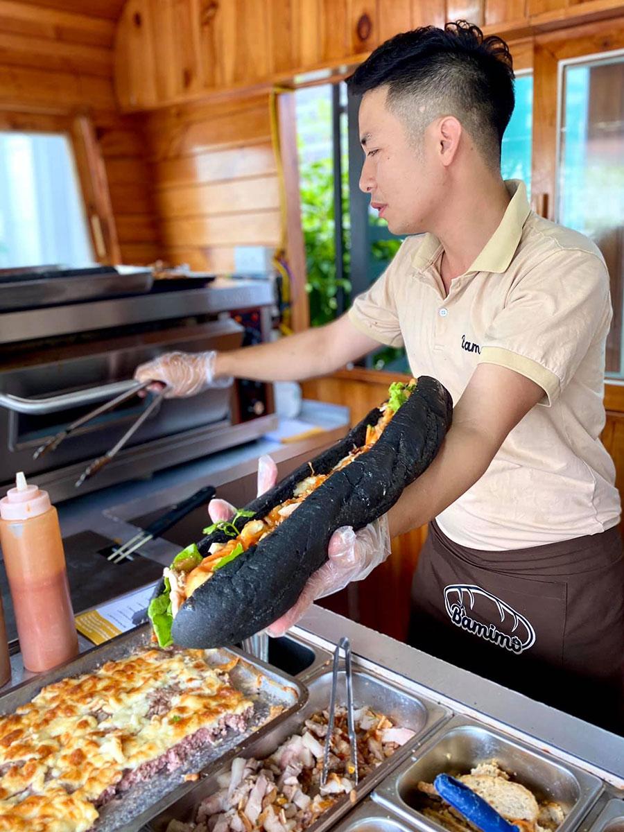 Ngoài bánh mì thông thường, quán còn có bánh dài đặc biệt, nhân thập cẩm đủ cho 3 - 5 người ăn. Ảnh: Bamimo