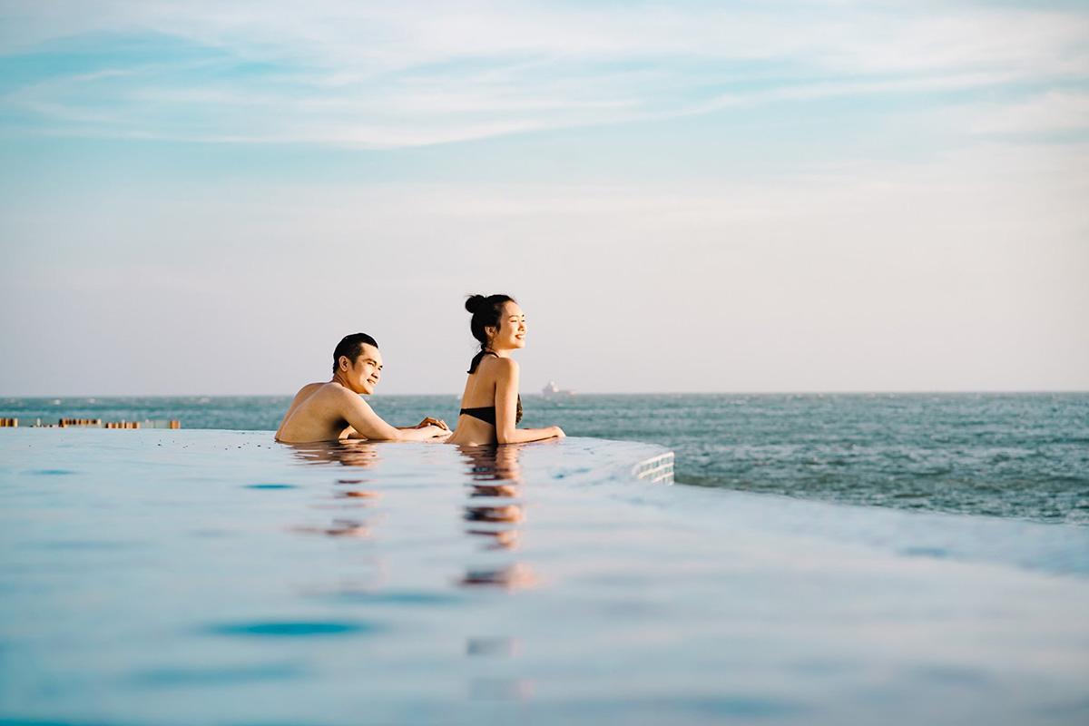 Điểm nhấn của khu nghỉ dưỡng là hồ bơi tràn bờ sát biển, thu hút nhiều du khách check-in.Ngoài ra, tại đây còn có nhà hàng, trung tâm thể dục, quán bar, sân vườn và bãi biển riêng, dịch vụ đưa đón sân bay. Ảnh: Mercure