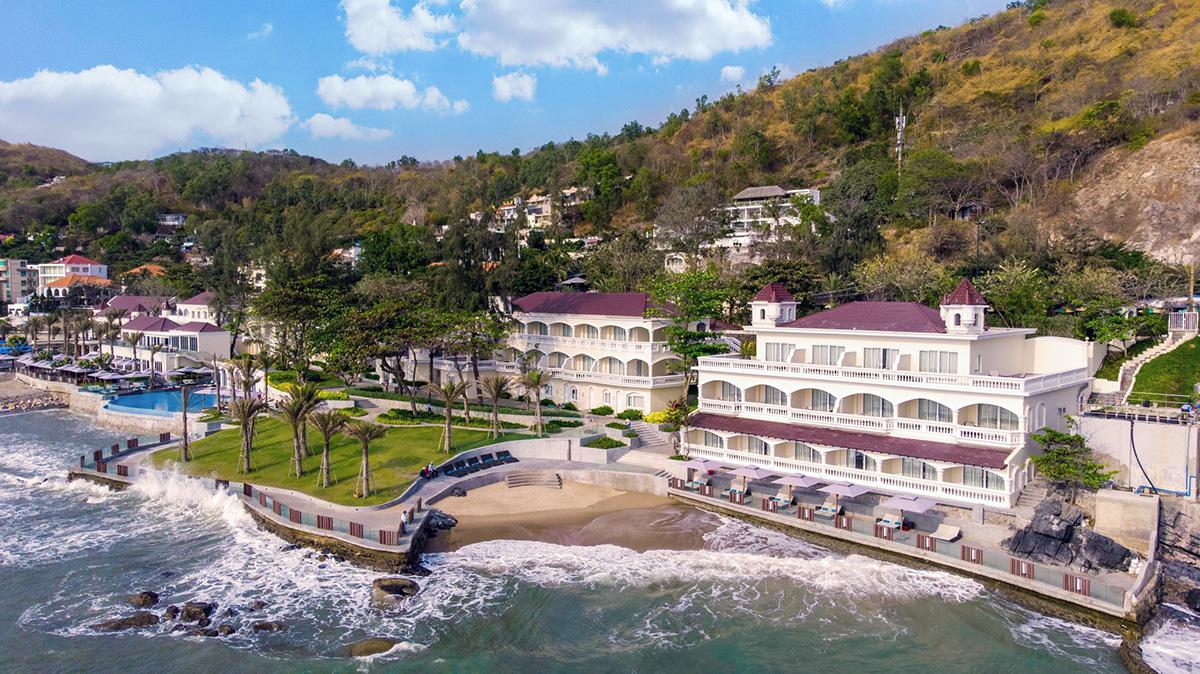 Mercure Vung TauKhu nghỉ dưỡng đạt 4 sao chuẩn quốc tế tọa lạc sát biển, cách hai bãi tắm đẹp là Bãi Dứa 100m và Bãi Sau 600m. Ảnh: Mercure
