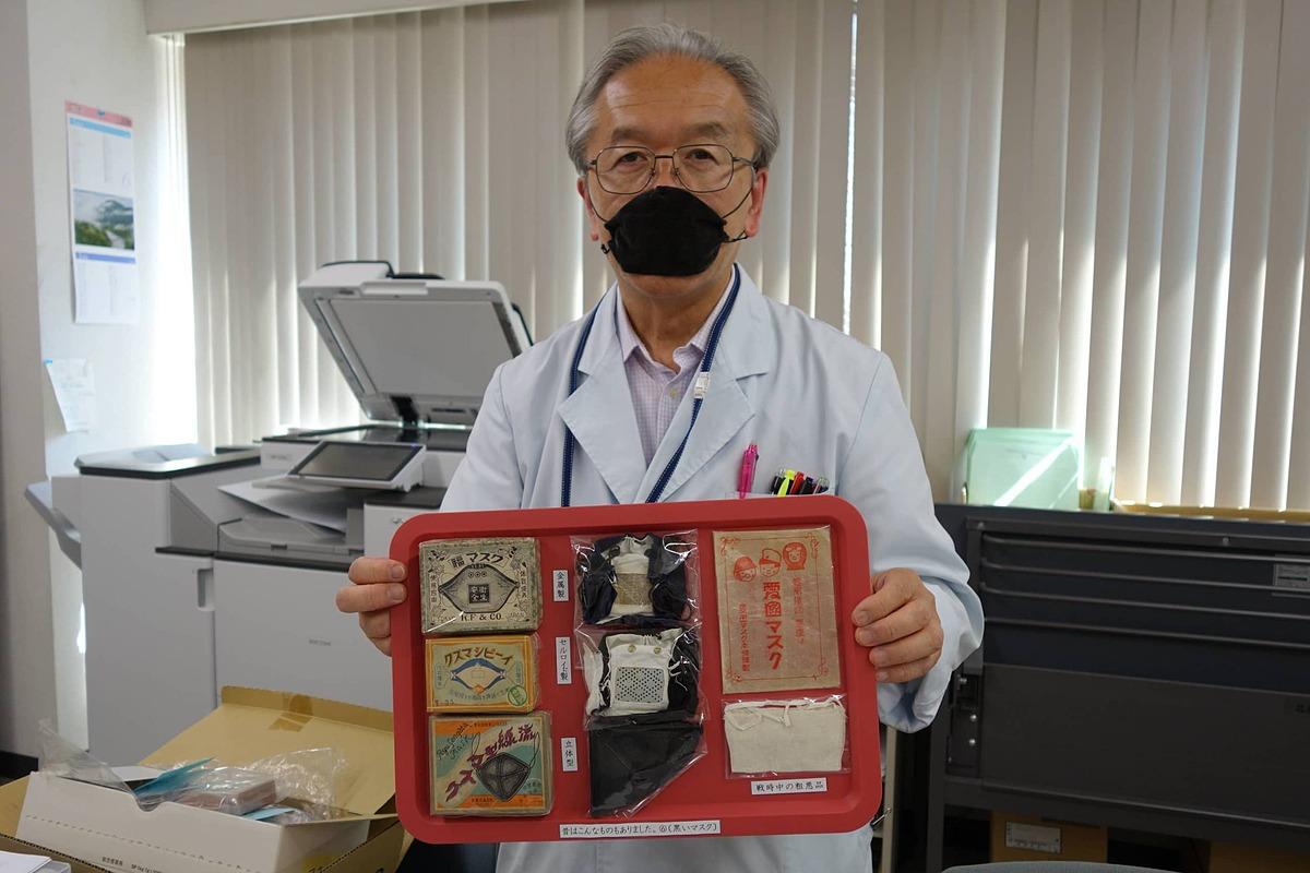 Tamotsu Hirai sưu tầm rất nhiều khẩu trang cổ. Ảnh: Japan Times