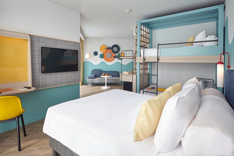 Với mức giá khoảng 1 - 3 triệu đồng một đêm, khách lưu trú có các lựa chọn phòng từ tiêu chuẩn đến cao cấp, phù hợp với nhóm bạn, cặp đôi, gia đình. Các phòng có diện tích 24m2, phòng gia đình rộng 42m2, đều hướng ra biển.