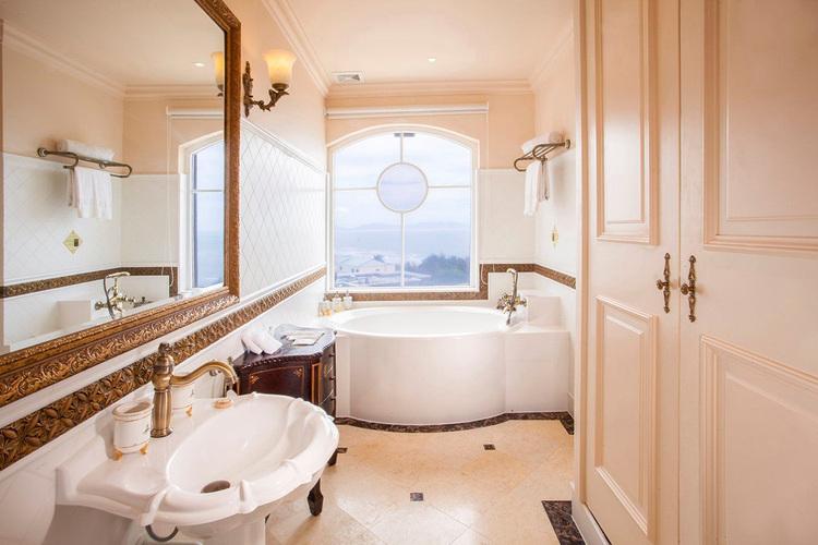 Phòng nghỉ có diện tích từ 40m² - 265m², được bài trí cầu kỳ mang phong cách cổ điển, sang trọng. Tất cả đều có tầm nhìn ra biển hoặc vườn Thượng Uyển. Giá các hạng phòng trung bình 3 – 6 triệu đồng, phòng gia đình 10 triệu đồng, phòng cao cấp giá 19 triệu đồng và 30 triệu đồng một đêm.