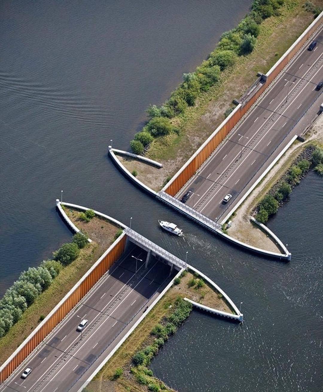 Cầu dẫn nước Veluwemeer chỉ dài 25 m, rộng 19 m, sâu khoảng 3 m nằm giữa vùng Harderwijk, phía đông Hà Lan. Dù không giành kỷ lục thế giới nào, nó vẫn là một trong những cầu dẫn nước ngắn nhất thế giới. Ảnh: QQ