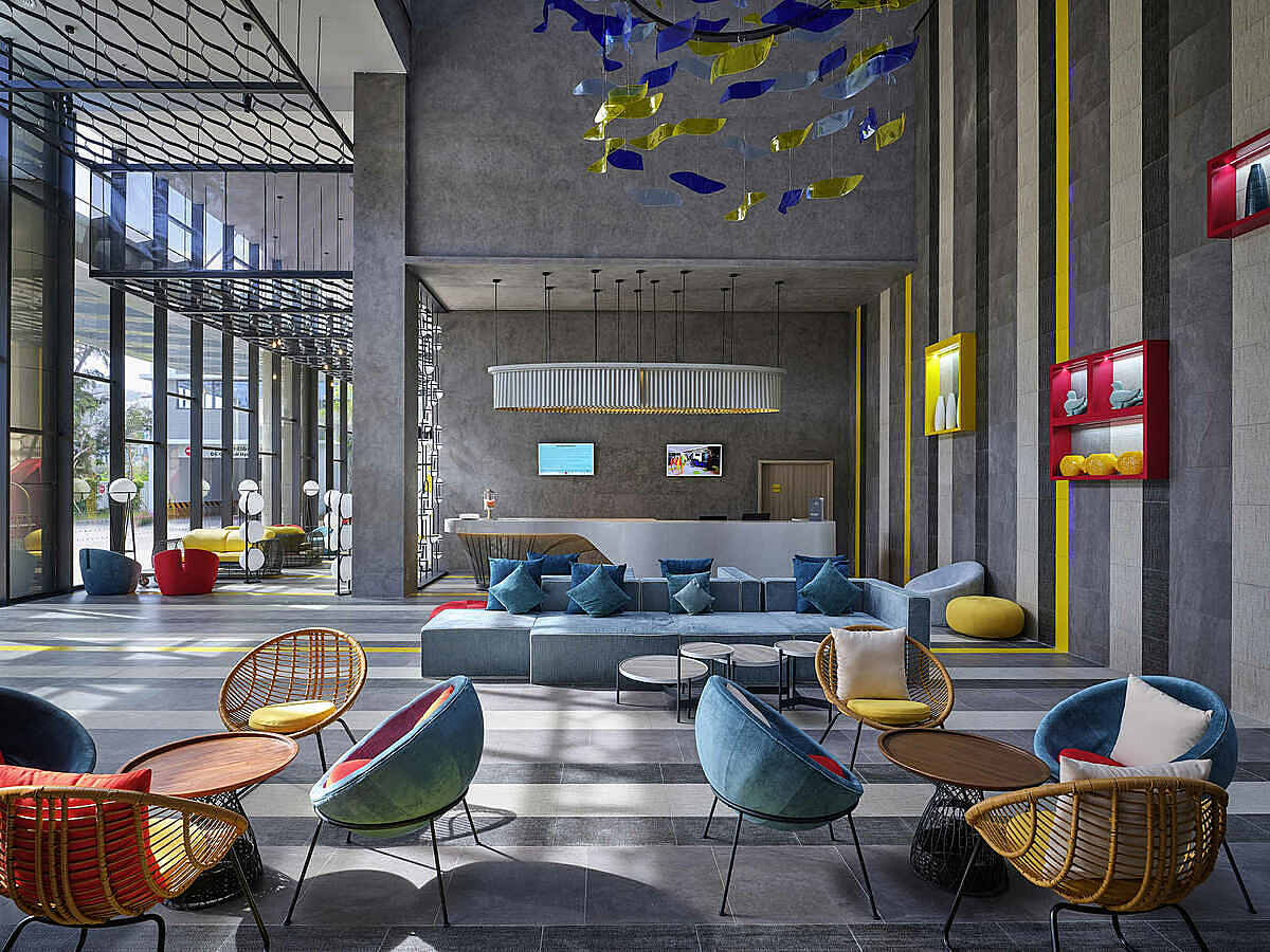 Ibis StylesKhách sạn 4 sao tiêu chuẩn quốc tế nằm tại Bãi Sau của thành phố, với thiết kế không gian mang vẻ hiện đại và đa sắc màu. Đặc biệt khách sạn có khu vực vui chơi dành cho trẻ em.