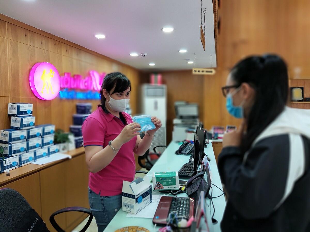 Tới thời điểm hiện nay, khoảng 90 - 95% công ty du lịch tại TP HCM phải dừng hoạt động. Hàng ngàn nhân sự trong ngành du lịch nghỉ không lương. Nhiều công ty du lịch phải chuyển đổi sang lĩnh vực kinh doanh mới. Trong ảnh: Nhân viên công ty Du lịch Việt đang tư vấn khẩu trang cho khách. Ảnh: Nguyễn Nam