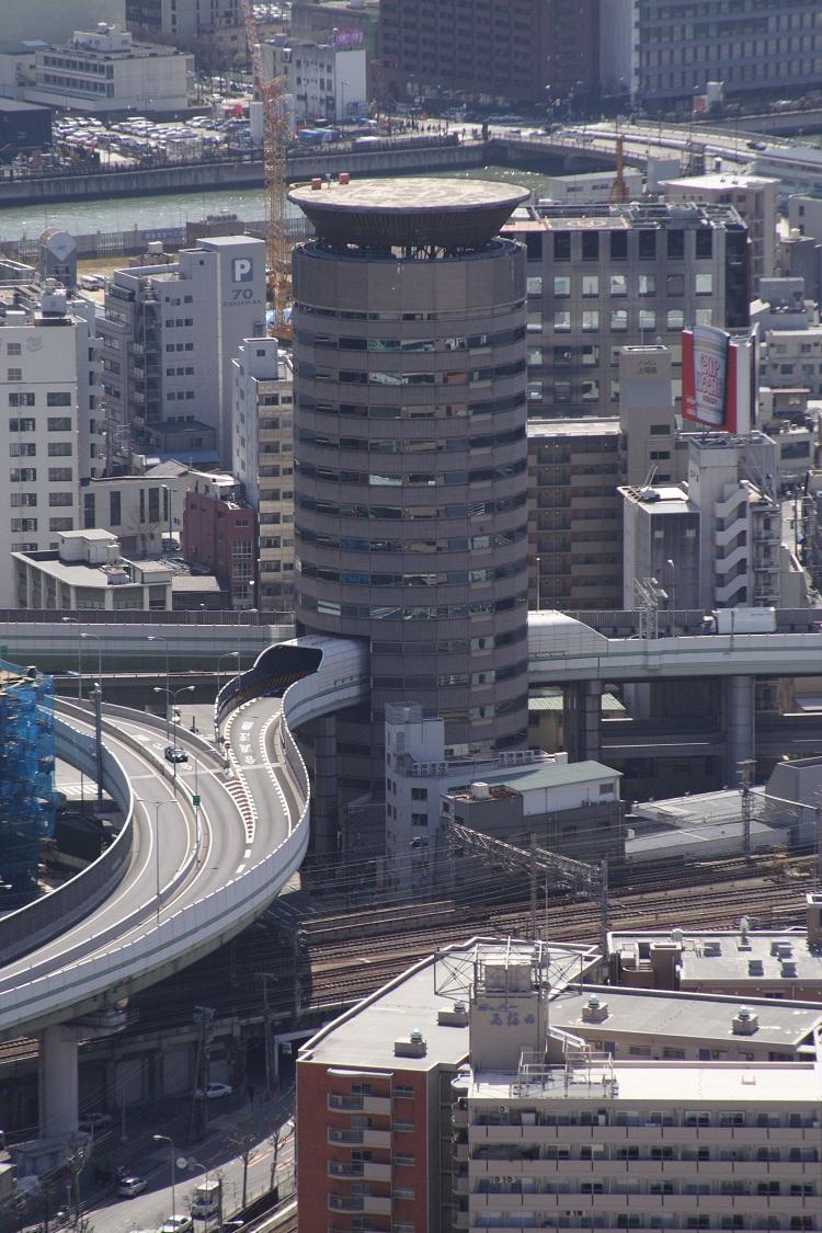 Ngày nay Gate Tower Building là một tòa nhà văn phòng thuộc sở hữu của tập đoàn TKP. Công trình cao 16 tầng nhưng chỉ có 13 tầng thường xuyên được sử dụng, không gian từ tầng 5 đến tầng 7 được hy sinh cho đường cao tốc. Những người thường xuyên lui tới tòa nhà này khó có thể nhận ra một con đường chạy qua đây từ bên trong. Chỉ có điều, từ tầng 4 đến tầng 8 không lắp thang máy. Ảnh: Wikimedia Commons