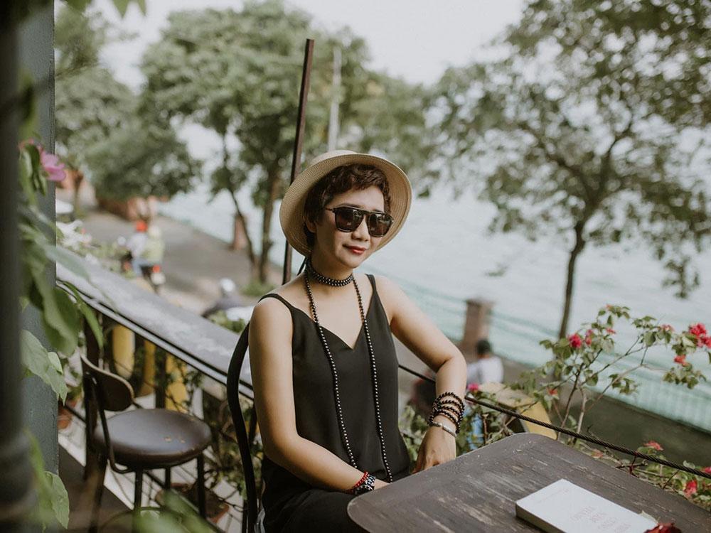 Tháng 10  Quán cà phê có tông màu nâu trầm chủ đạo, mang không khí cổ điển trên phố Nguyễn Đình Thi là nơi dành cho những du khách yêu âm nhạc. Nơi đây có nhiều loại nhạc cụ như kèn, piano, guitar, ukulele, trống cajon mà khách có thể tự do sử dụng. Quán có 4 tầng, mỗi tầng được trang trí theo chủ đề khác nhau và có ban công nhìn thẳng ra hồ Tây. Thực đơn dao động từ 20.000 - 40.000 đồng. Ảnh: Cafe Tháng 10