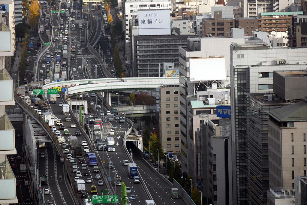 Đoạn đường cao tốc chạy qua tòa nhà khá đông đúc, bởi nó dẫn xe cộ đến thẳng Umerda - quận trung tâm lớn nhất tại Osaka. Và rất có thể, không ít người làm việc trong Gate Tower Building hàng ngày phải lái xe xuyên qua chính tòa nhà này để đi làm. Ảnh: jtabn99/Flickr