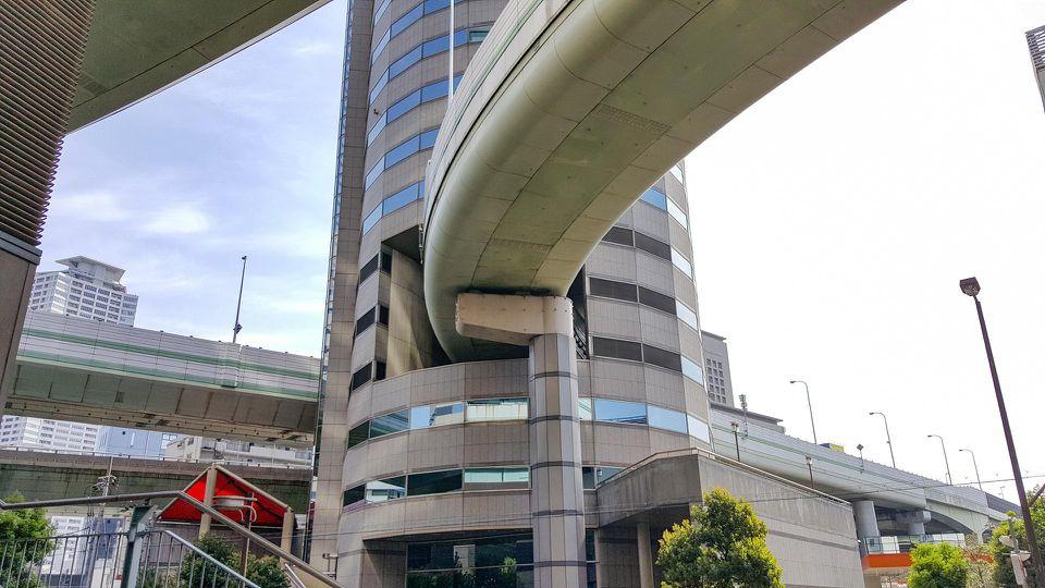 Dự án xây tòa nhà mới và lối thoát cho đường cao tốc khởi công vào năm 1989, và hoàn thành vào năm 1992. Ảnh: Geoffrey Morrison