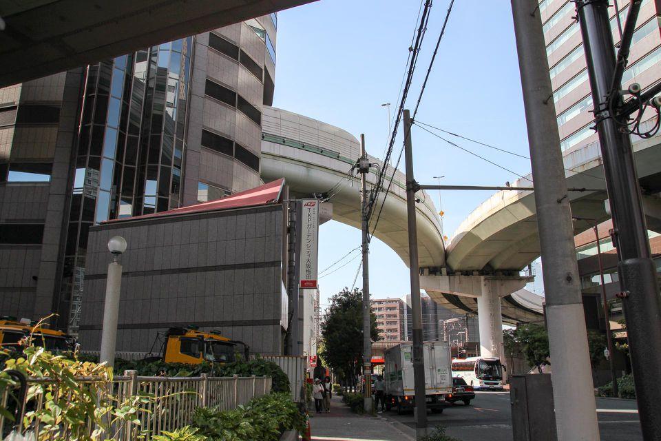 Từ đó, Gate Tower Building là tòa nhà đầu tiên có cao tốc chạy qua tại Nhật Bản. Luật quy hoạch đô thị, luật pháp và quy chuẩn xây dựng đều được chỉnh sửa để một công trình như vậy ra đời. Ảnh: Geoffrey Morrison
