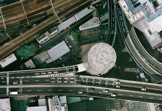 Đến khi đơn vị này dự định cải tạo lại khu vực năm 1983, một dự án nối đường cao tốc Hanshin Expressway với trung tâm Osaka lại chạy qua đây. Suezawa Sangyo và nhà thầu xây cao tốc đối đầu nhau suốt 5 năm cho đến khi đi đến giải pháp cuối cùng: thỏa thuận để một bên vẫn có nhà, một bên vẫn xây xong đường. Ảnh: Geoffrey Morrison