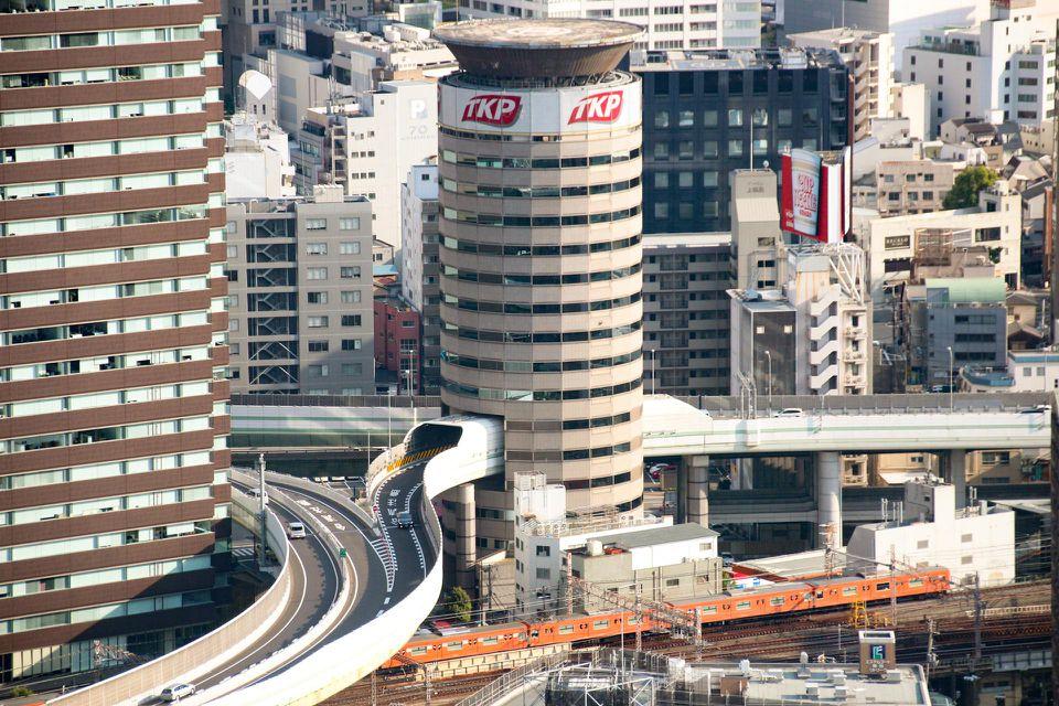 Tòa nhà Gate Tower Building giữa thành phố Osaka mang một câu chuyện vừa đẹp vừa kỳ lạ về cách con người có thể thỏa thuận với nhau ra sao để đôi bên cùng có lợi. Mọi thứ bắt đầu từ cuối thế kỷ 19, khi một tập đoàn kinh doanh gỗ và than có tên Suezawa Sangyo mua một mảnh đất. Qua bao năm, bất động sản của họ bị hư hỏng. Ảnh: Geoffrey Morrison