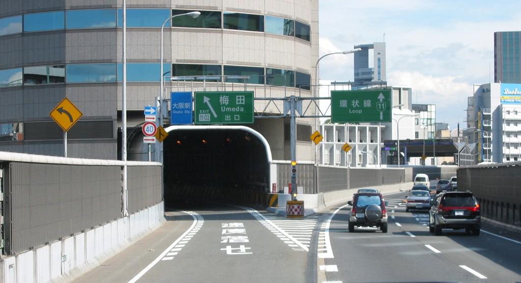 Trong khi phần còn lại của tòa nhà là văn phòng, tường bao quanh đường cao tốc không chứa gì ngoài máy móc và thang máy. Ảnh: Japanese Wikipedia