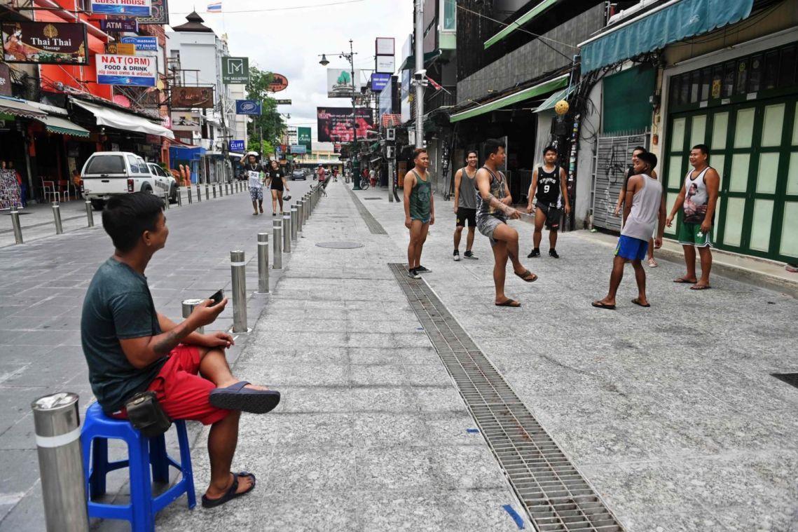 Đường phố Khao Sản bình thường chật kín khách du lịch, nay có thừa chỗ cho người dân chơi thể thao. Ảnh: AFP