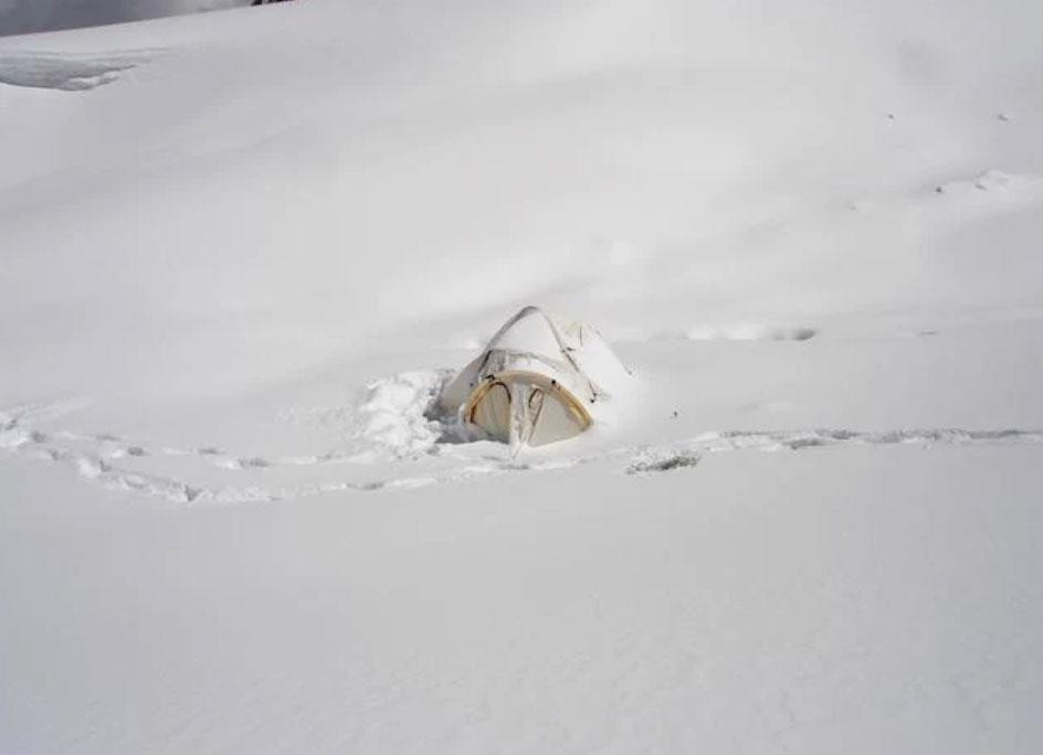 Lều của Daniel trên đường chinh phục đỉnh Everest. Ảnh: News.