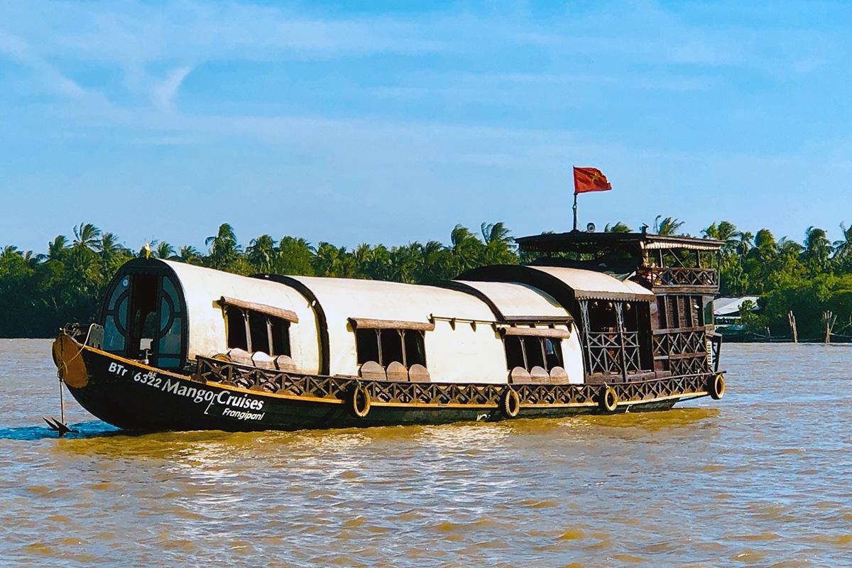 Du thuyền đưa khách lênh đênh trên dòng sông Giồng Trôm hiền hòa, là trải nghiệm được nhiều khách nước ngoài ưa chuộng. Ảnh: Mango Home Riverside