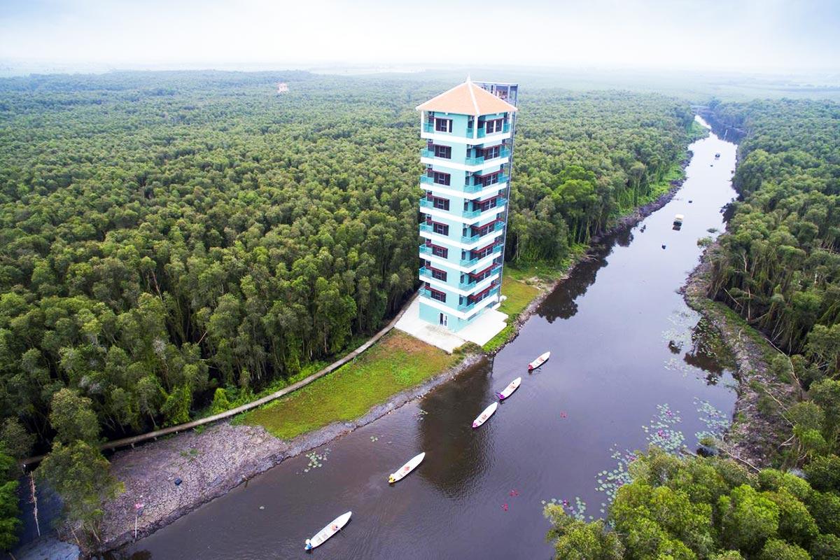 Du khách được miễn phí tham quan làng nổi khi lưu trú tại tháp khách sạn. Ảnh: Làng Nổi Tân Lập