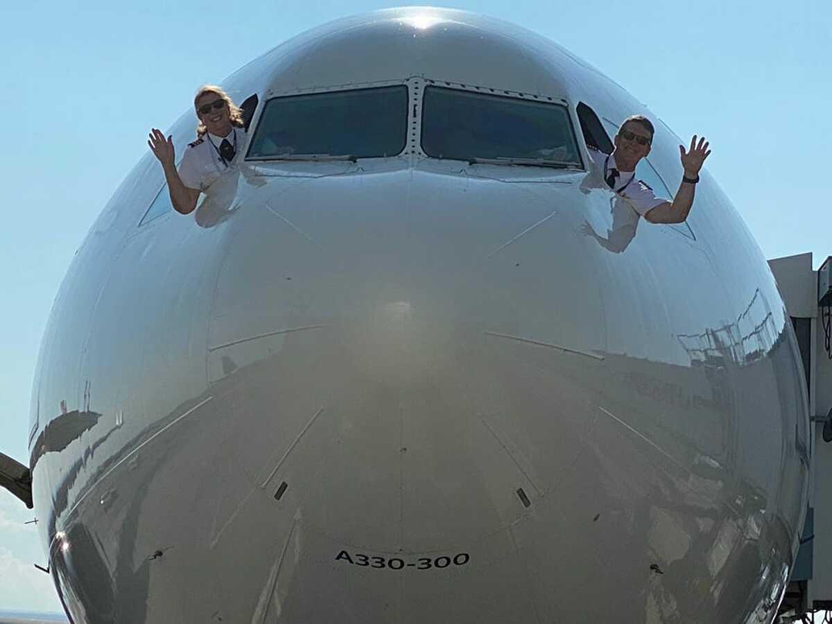 Hai phi công cùng nghỉ hưu vì hãng bay gặp khó trong Covid-19. Ảnh: Insider