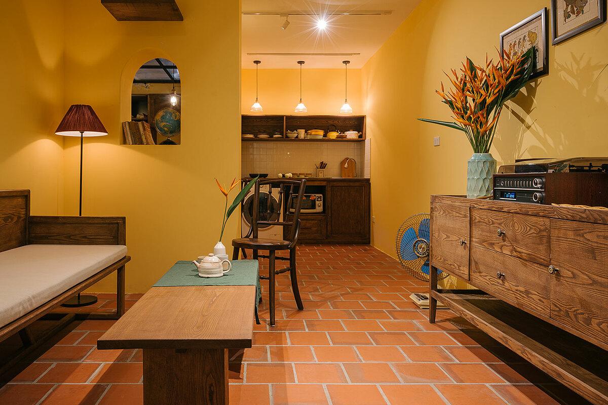 Nằm trong một con ngõ nhỏ cạnh Nhà Thờ Lớn, Mei Hideaway được thiết kế theo phong cách kiến trúc Châu Á. Tại đây có 3 phòng ngủ và 1 phòng khách kết hợp phòng bếp. Mỗi phòng ngủ được đặt tên theo những cảm hứng thiết kế riêng, với tên gọi lần lượt là Indochine (phòng Đông Dương), Indigo (phòng Chàm), Tea Room (phòng Trà). Giá của một phòng dành cho 2 người là 800.000 đồng/ đêm. Ảnh: Mei Hideaway  .