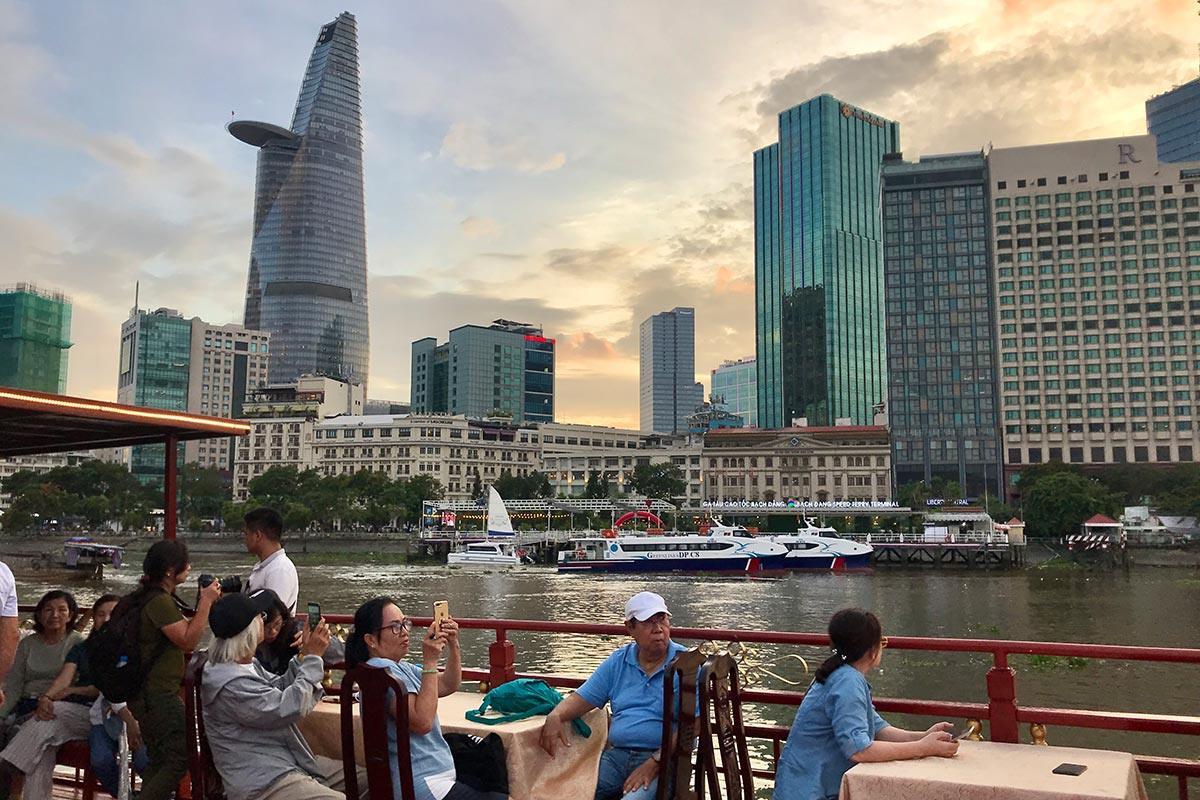 Các du thuyền trên sông Sài Gòn phục vụ bữa tối xuất phát từ Cảng tàu số 5 đường Nguyễn Tất Thành (quận 4). Ảnh: Tâm Linh