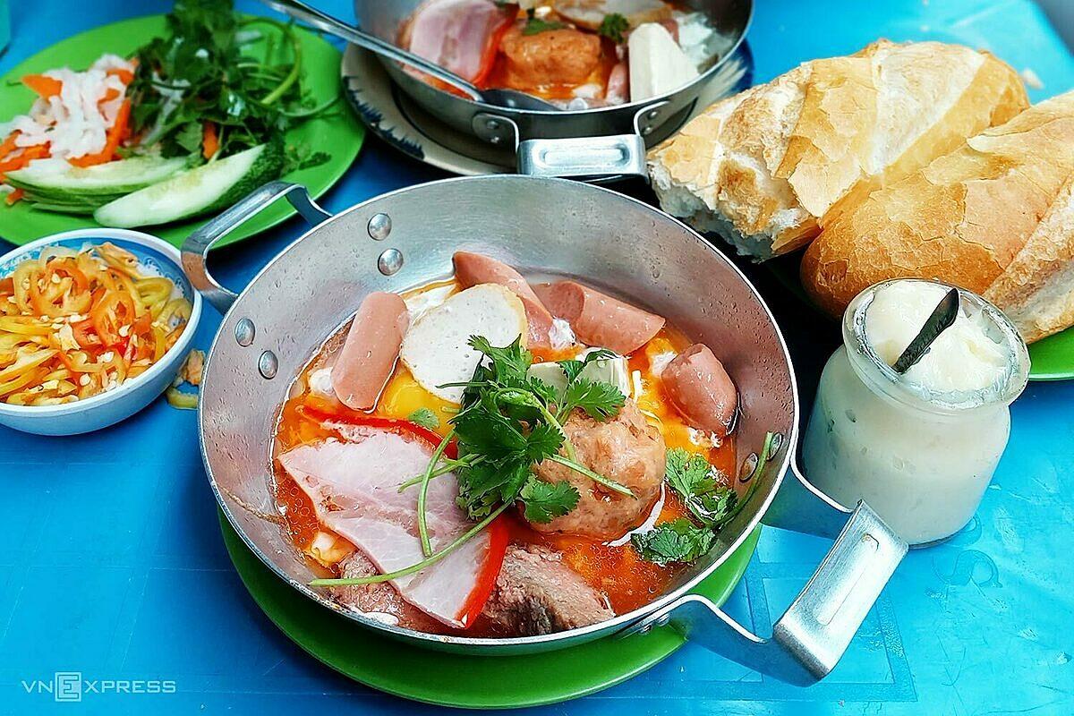 Bánh mì là bữa sáng dễ tìm, giá bình dân ở Sài Gòn. Bạn có thể đến hàng bánh mì chảo hơn 30 năm đón khách từ 5h sáng trên đường Đặng Trần Côn (quận 1) để thưởng thức. Ảnh: Tâm Linh