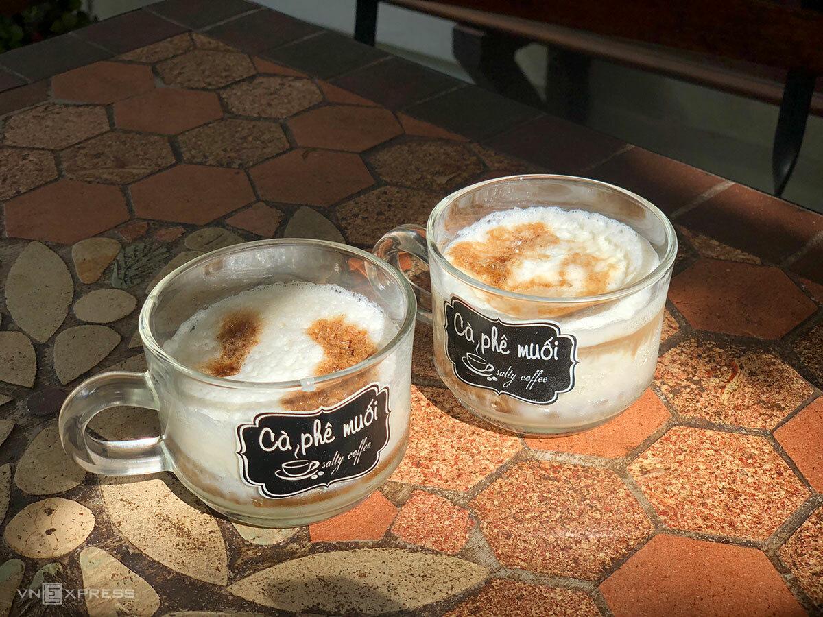 Với bọt kem muối ở bên trên, du khách có thể uống theo cách khuấy đều lên hoặc uống trực tiếp. Ảnh: Ngân Dương