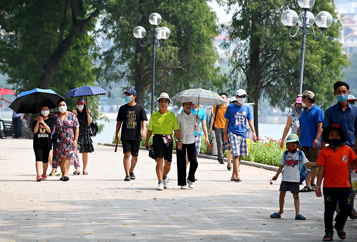Hà Nội Sáng ngày 2/9 các tuyến phố trung tâm Hà Nội và phố cổ không nhiều du khách và người dân đi chơi dịp lễ. Tuy nhiên sáng sớm ước tính hàng nghìn người tập trung tại lăng Bác để xem lễ thượng cờ. Ảnh: Giang Huy