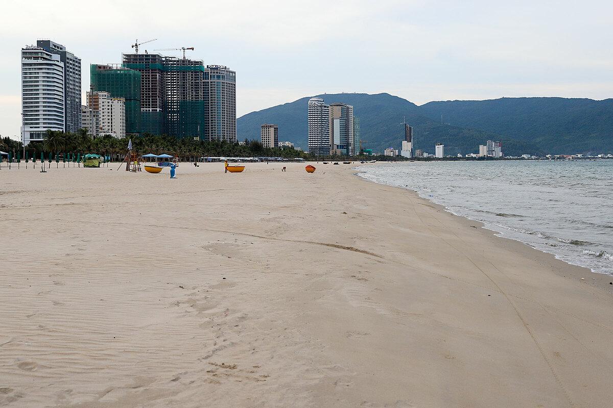 Đà NẵngToàn thành phố Đà Nẵng phải cách ly xã hội, dừng toàn bộ chuyến bay, tàu xe đi và đến, đóng cửa các khu điểm du lịch, vui chơi giải trí để phòng chống dịch từ 0h ngày 28/7, nên từ đó đến nay không có du khách.Sở Du lịch TP Đà Nẵng cho biết, tổng lượt khách do cơ sở lưu trú du lịch phục vụ trong 6 tháng đầu năm nay ước đạt 1.660.000 lượt; giảm 49,1% so cùng kỳ năm 2019. Trong đó, khách quốc tế ước đạt hơn 627 nghìn lượt khách chỉ bằng 53,8% cùng kỳ. Ảnh: Nguyễn Đông