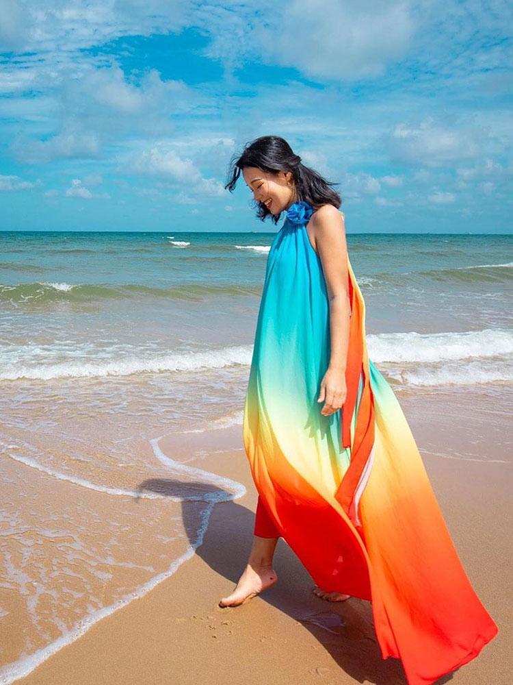 Khi chưa biết tạo dáng ra sao, hãy thử bước đi thật chậm rãi trên bờ cát và một nở nụ cười thật tươi. Bức ảnh sẽ tạo ra cảm giác bình yên, nhẹ nhàng cho người xem. Ảnh: hcmquynhnga