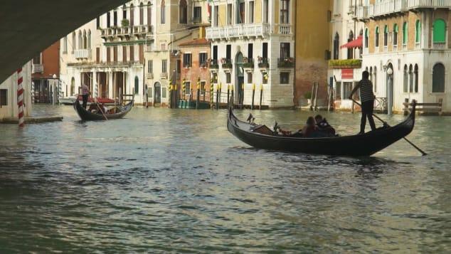 Nước ở Venice trở nên trong hơn sau khi lượng du khách giảm mạnh trong dịch. Ảnh: CNN