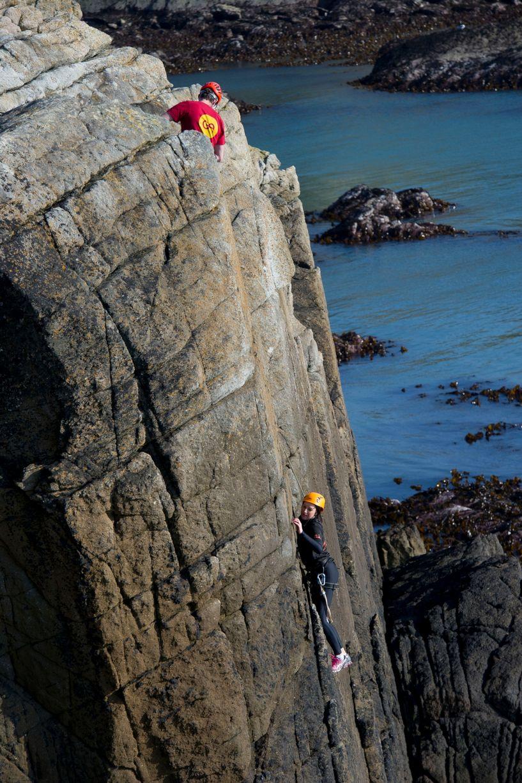 Khách muốn đến giường ngủ, đi vệ sinh... đều phải leo núi. Còn không, cả đêm họ yên vị trên vách đá. Ảnh: Wales Online