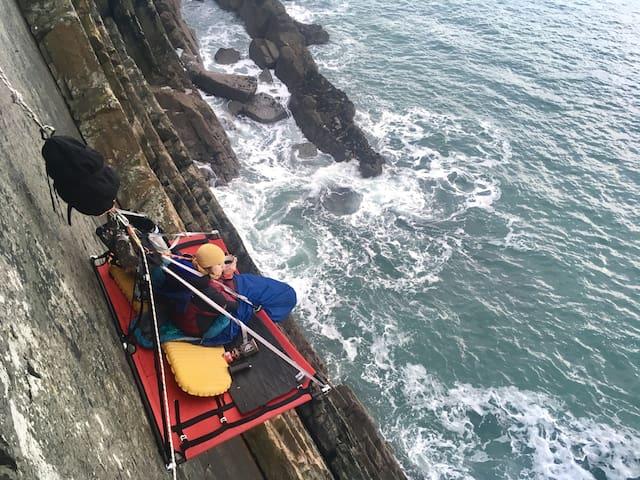 Ngủ qua đêm trên vách đá cheo leo là sở thích của nhiều người yêu cảm giác mạnh. Ảnh: Airbnb