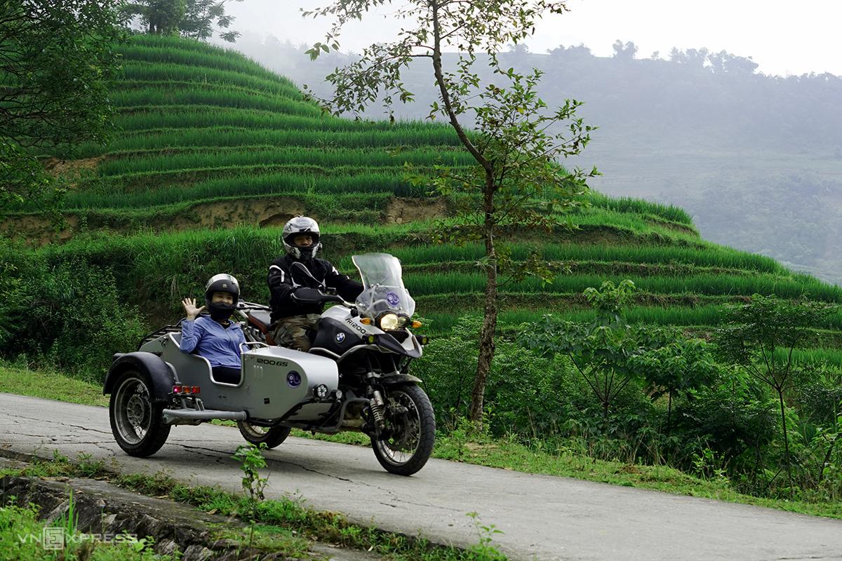 Từ Ngã ba Tân Quang tới thị trấn Hoàng Su Phì còn 2,5 tiếng với nhiều cung đường quanh co như dải lụa, một bên là núi, một bên là vực sâu với tầm nhìn ruộng bậc thang tuyệt đẹp, khó có thể diễn tả bởi một bức ảnh. Ảnh: Tạ Thanh Quang