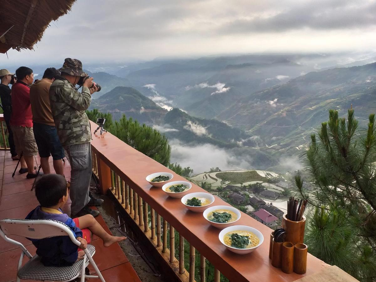 Homestay Chí Tài 3 tại Bản Phùng là một trong những homestay đẹp và có tầm nhìn thẳng xuống thung lũng bậc thang đẹp nhất ở đây. Địa chỉ lưu trú này được nhiều nhiếp ảnh gia chọn nghỉ lại để tiện săn ảnh. Chi phí cho bữa tối, bữa sáng và ngủ đêm tại homestay dao động khoảng từ 300.000 – 350.000 đồng một khách. Ảnh: Booking