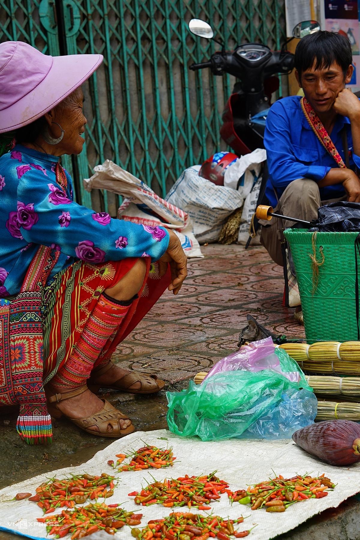 Ngày hôm sau theo hướng di chuyển đi thị trấn Cốc Pài khoảng gần 2 tiếng (36 km), bạn sẽ có cơ hội được trải nghiệm chợ phiên Cốc Pài (hay còn gọi là chợ Xín Mần) được họp vào chủ nhật hàng tuần. Chợ phiên Cốc Pài là một trong những chợ phiên lớn, đặc sắc, là nơi hội họp, trao đổi của các dân tộc Mông, Nùng, La Chí tạo nên màu sắc đặc trưng của một phiên chợ vùng cao. Ảnh: Tạ Thanh Quang