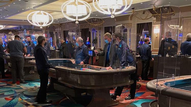 Khi Trager, du khách Mỹ đăng ảnh đến tham quan sòng bạc mở cửa lại hồi tháng 6 ở Las Vegas, bình luận anh nhận được nhiều nhất là: nhớ cách ly khi trở về. Ảnh: CNN