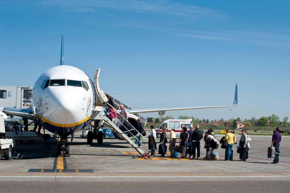 Hành khách luôn lên xuống máy bay từ mạn bên trái. Ảnh: OverSixty