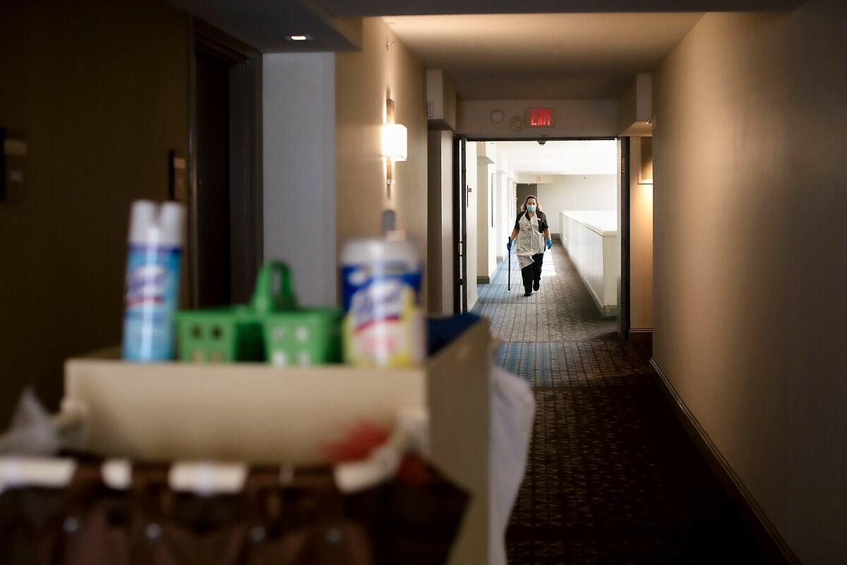Các dọn phòng ở Mỹ phải tuân thủ việc làm sạch theo quy trình mới, nhiều công đoạn và vất vả hơn. Ảnh: New York Times