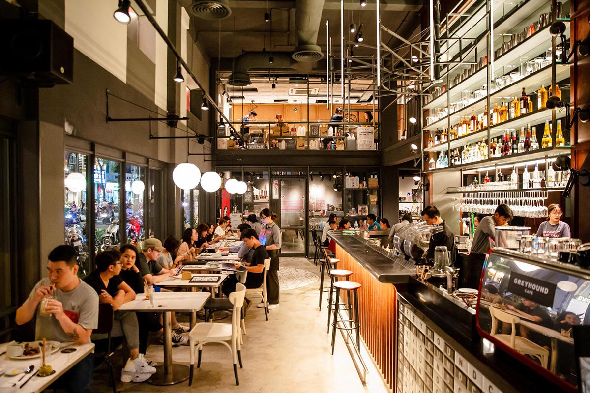 Greyhound CafeKhác với những không gian ẩm thực đậm nét truyền thống Thái Lan, Greyhound có thiết kế hiện đại, tông màu trầm tối tạo cảm giác sang trọng nhưng không kém ấm cúng. Thực khách có thể dùng bữa chính, kem, bánh ngọt, thức uống ngọt và đồ uống có cồn theo kiểu Thái tại nhà hàng nằm trên đường Nam Kỳ Khởi Nghĩa (quận 1).