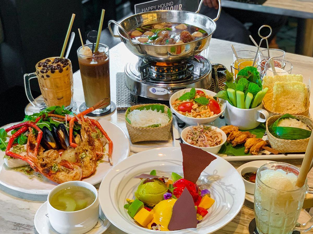 Thực đơn trọn gói lấy cảm hứng từ các món ăn đường phố ở Bangkok gồm yum hải sản, lẩu tôm yum, cánh gà chiên giòn, trà sữa đỏ... được chế biến phá cách sẽ mang đến trải nghiệm vừa truyền thống, vừa phá cách cho thực khách. Chi phí bữa ăn trung bình tại nhà hàng là 80.000 - 500.000 đồng.